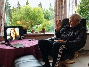 bestefar-einar-tester-videosamtale-med-komp